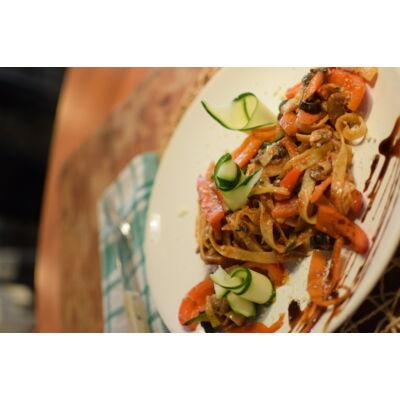 pasta vegetariana:paradicsom szósz,cukkíni,gomba,californiai paprika,hagyma,kapribogyó,bébi spenót