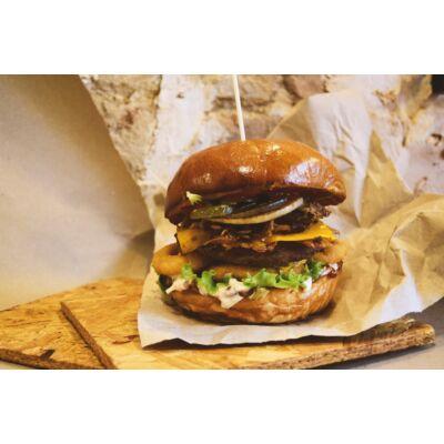 BBQ BURGER - Marhahús, házi pulled pork, cheddar sajt, bacon, hagymakarika, coleslaw, bbq szósz. (köret nélkül)