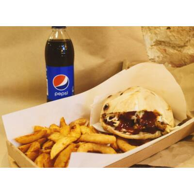 BBQ PULLED PORK szendvics menü - héjas burgonya, hagymakarika, választott üdítő