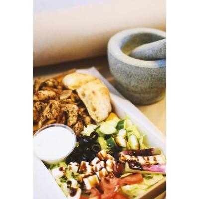 SERPENYŐS GYROS TÁL - séfünk saját receptje szerint pácolt csirkecomb, héjas sült burgonya, görög saláta variáció és mézes görög joghurt van benne.