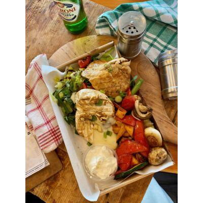 Ittali low carb tál:roston csirkemell,grill camambert,kevert saláta,grill zöldség,dió,házi joghurt öntet