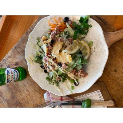 tonhal saláta: jégsaláta,tonhal,házi cézár öntet,paradicsom,parmezán,pirítós
