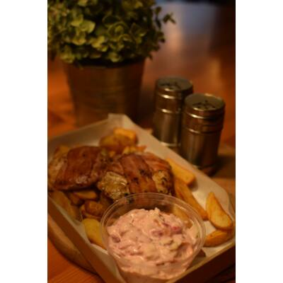 BACON ROLL fél adag - A csirkemellel ez a legjobb dolog, ami történhet. Ízes szalonnába tekerjük, és megsütjük. Fenséges étel alakult így ki, salátával és választott körettel.